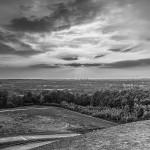 Schwarzweißaufnahme mit Blick von der Halde Rheinelbe Richtung Essen
